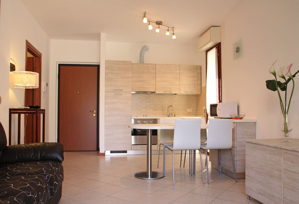 Apart. Giulia - Zona cottura/pranzo - Cooking and dining area