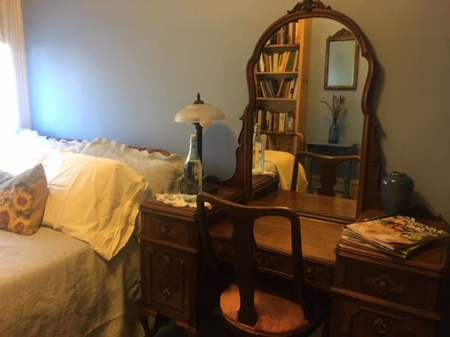 Cozy room in beautiful Berkeley Victorian!