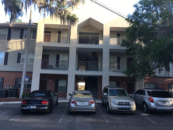 GOOD VIBES TOWN HOME NEXT TO UF AND VET CENTER