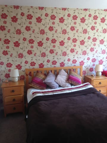Large double bedroom with private bathroom. - Camberley