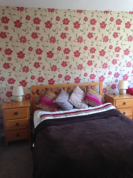Large spacious bedroom made for 2 people