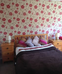 Large double bedroom with private bathroom. - Camberley - 独立屋