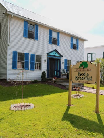 Willow Creek Falls Bed and Breakfast - Livingston Manor - Bed & Breakfast