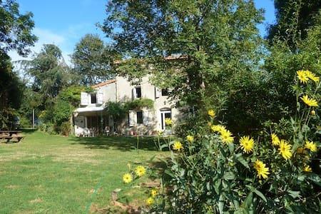 Maison ancienne dans la nature - Montbrun-Bocage