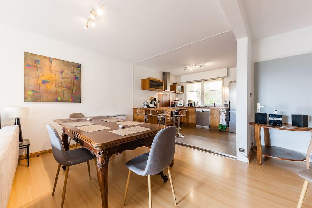 Grand salon, salle à manger avec cuisine ouverte