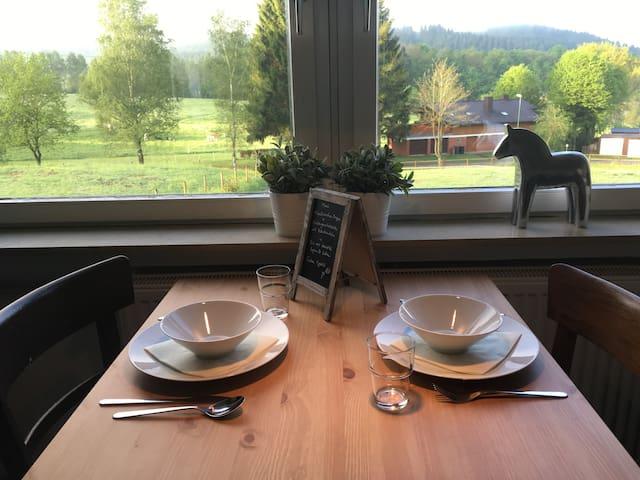 Esstisch beim Fenster