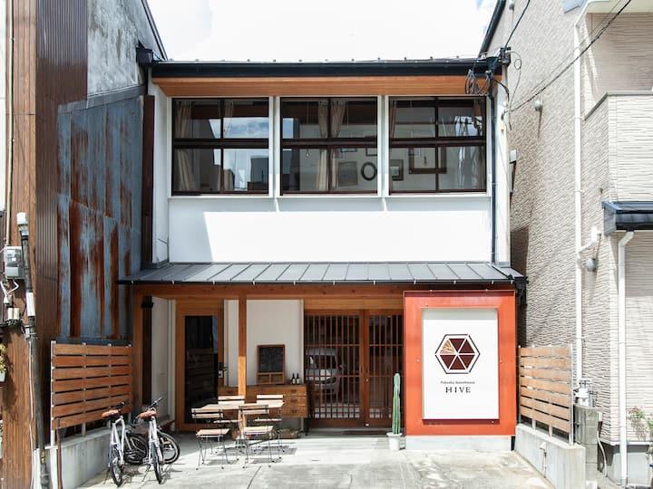 呉服町2分/中洲川端10分/博多15分/Fukuoka Guesthouse HIVE/窓辺個室2名