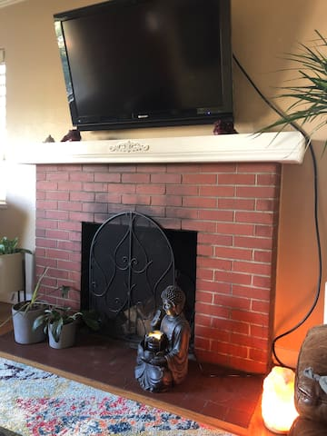 Heart of the City Cozy 50's Home Jacuzzi Fireplace