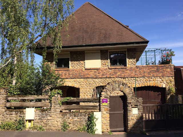 Large terrace with great view, 30 min to Paris