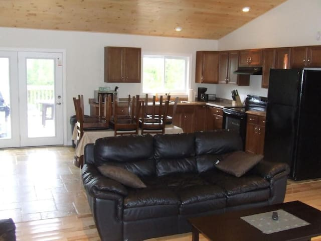 McIvor Getaway Cottage - Spring / Summer Deals - Miller Lake - Cottage