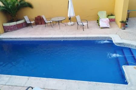 Chalet Independiente con piscina y Zona de Juegos