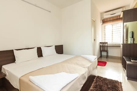 Ruby AC Double Room - Ebenezer Suites, Whitefield - Bangalore - Bed & Breakfast