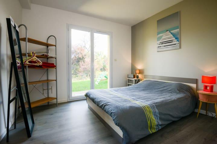 Chambre moderne dans un décor nature