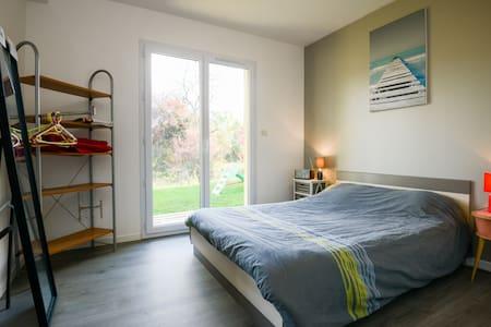 Chambre moderne dans un décor nature - Billiat - Hus