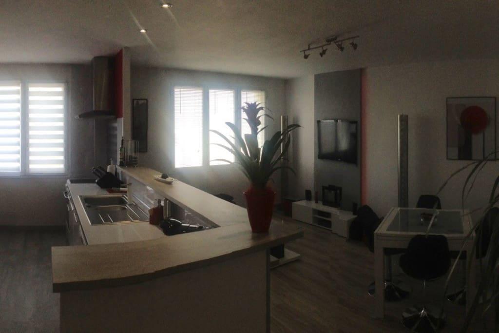 Appartement de 55 m2, très lumineux, calme au 5ème et dernier étage. Entièrement équipé. Proche centre ville.
