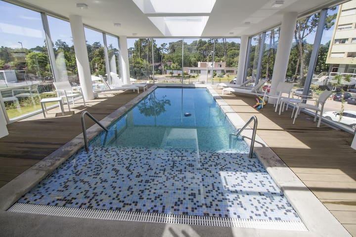 Apartamento con piscina y balcón.