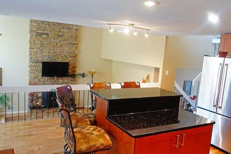 Centrally Located Home - Bloomington - Complexo de Casas