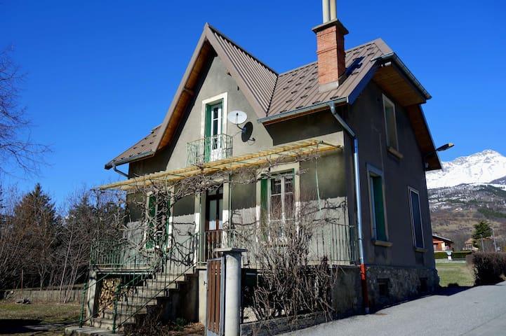 La maison du Pépé et son jardin. Centre village.