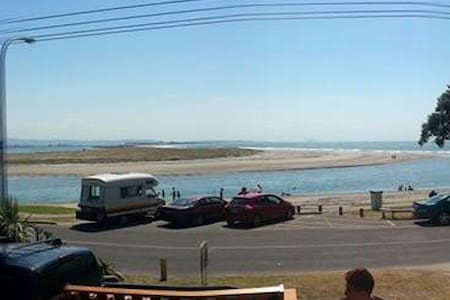 Beach front kiwi bach - Haus