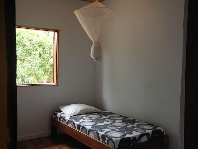 Deux lits identiques dans chaque chambre