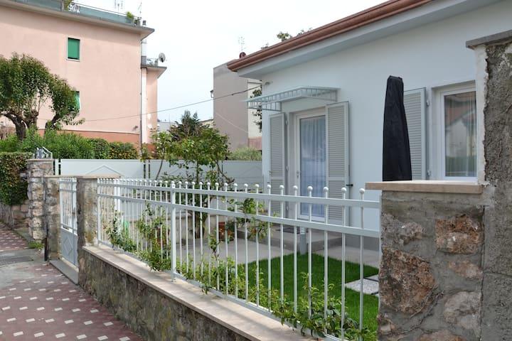 Accogliente villetta indipendente - Carrara - House