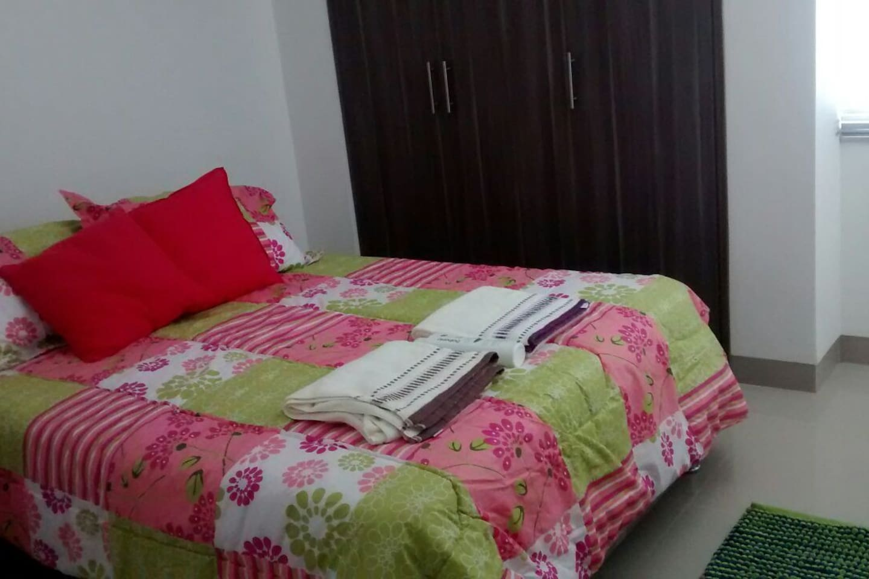 Cama tamaño queen, comfortable.  / Your queen size bed