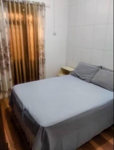 Quarto 2 : cama padrão de casal e com ventilador