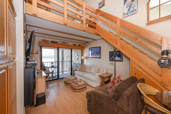 706H- Top condo w/ panoramic view of the lake, sleeps 4, offers free wifi!