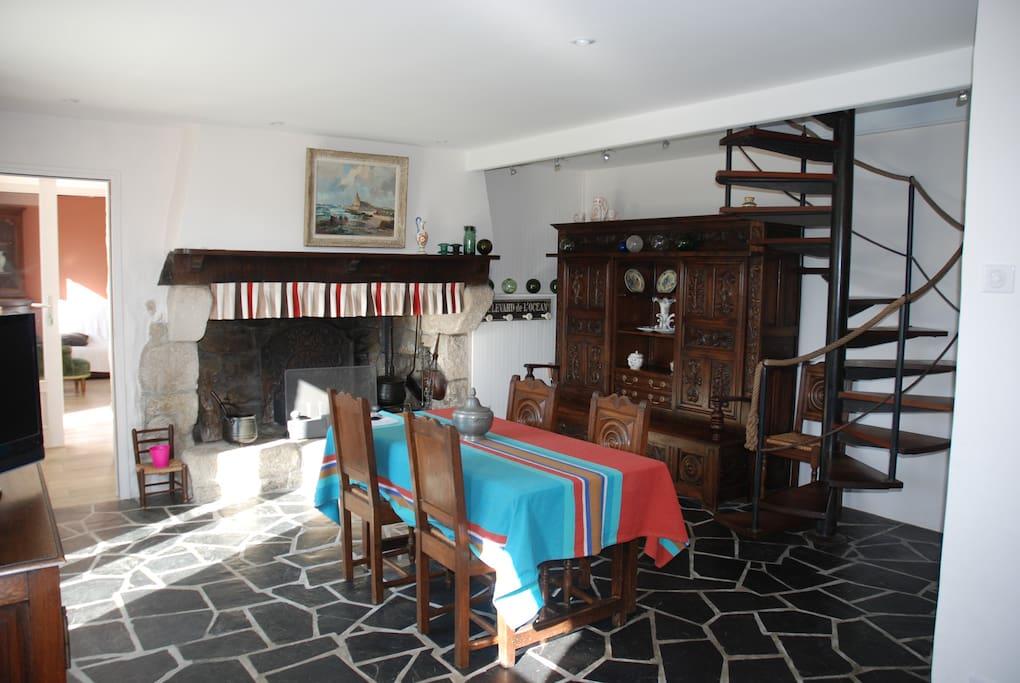 Séjour-salon avec cheminée granit