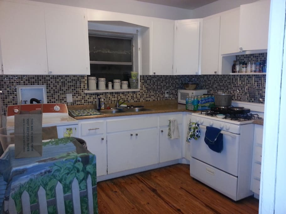 Full size kitchen with washer and dryer