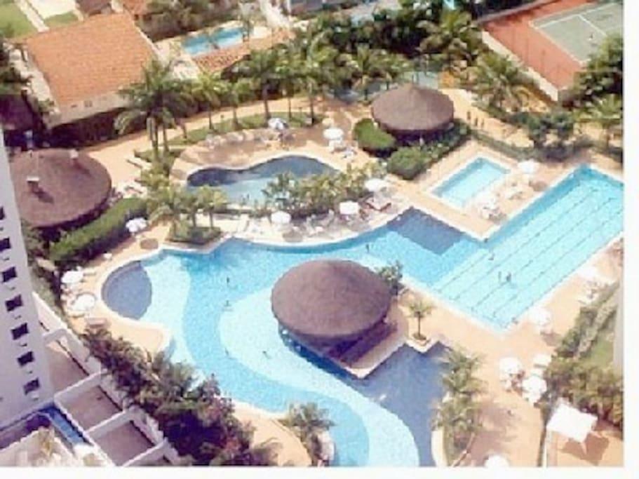 Vista do alto do complexo das piscinas