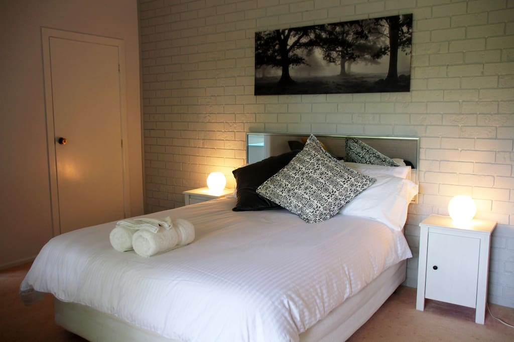 Comfortable and Private Queen Bedroom, all linen and towels provided