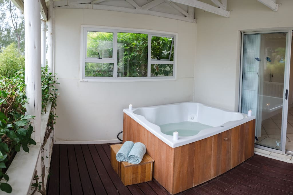 Cosy bougainvillea enclosed Jacuzzi deck (bottom floor).