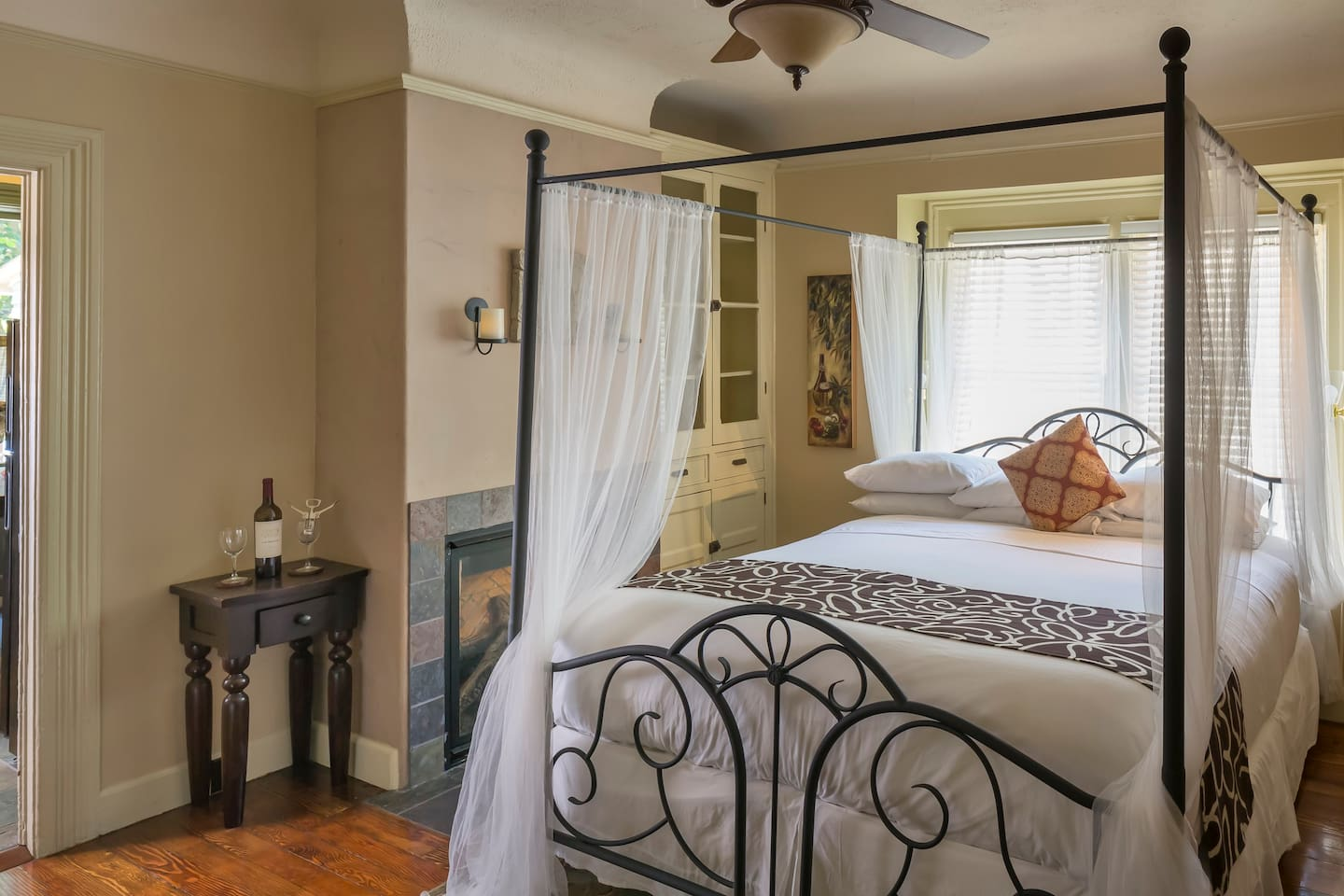Romantic king size featherbed with canopy and fireplace!
