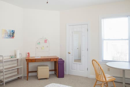 Sunny spacious room w/ bath - Somerville - Apartment
