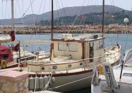 Vintage 1938 Historic Yacht-home on Greek Island - Lakki Harbor - Bot