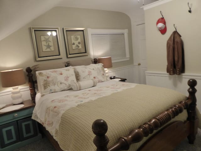 Spring Manor-Escape Room (queen bed, private bath)