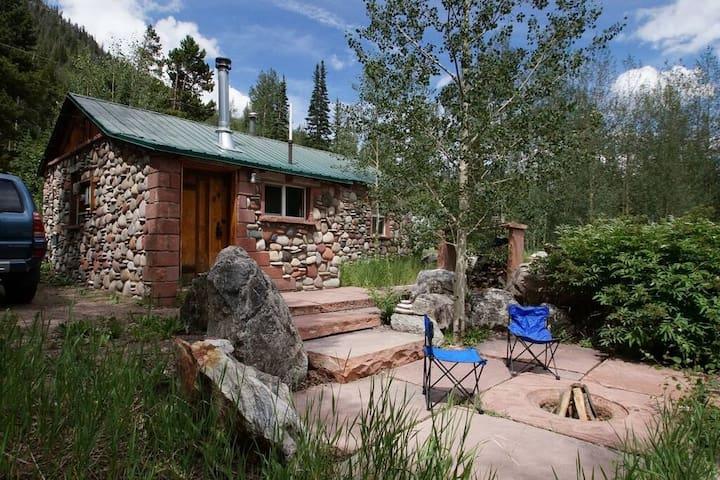 Cozy Relaxing Stone Cabin Retreat at Berthoud Pass