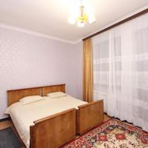 спальня с двумя большими отдельно стоящими кроватями на втором этаже