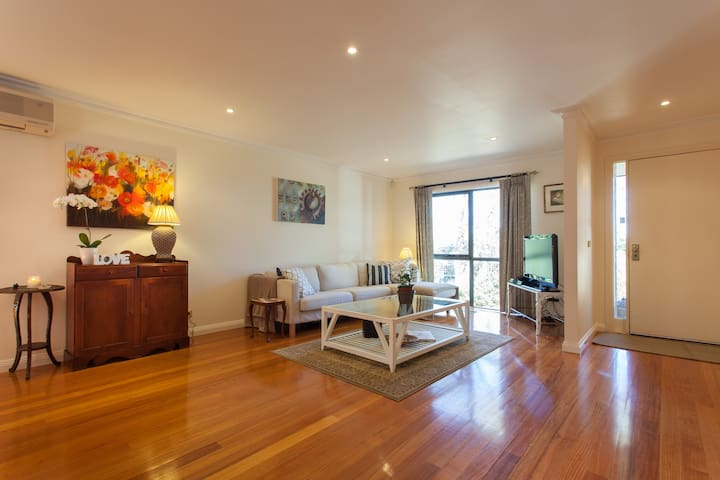 Elegant 2 Bed 2 Bath Townhouse - Ashwood - House