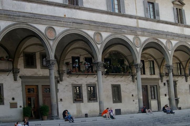 The charming Piazza SS Annunziata, located near our Bed and Breakfast Tuscanyflorence.