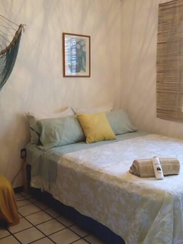 Recámara con cama Queen Size para una persona o una pareja  o si se hospedan 2 personas sin ser pareja pero que vengan juntas,  les instalo 2 camas individuales como sale en la otra foto