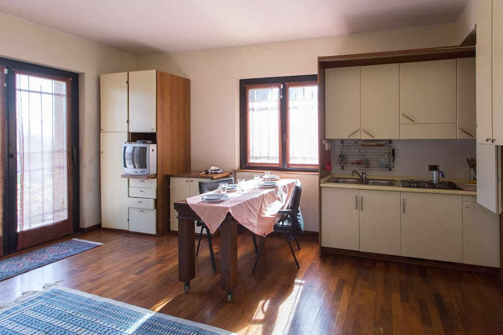 cucina con divano letto a due posti