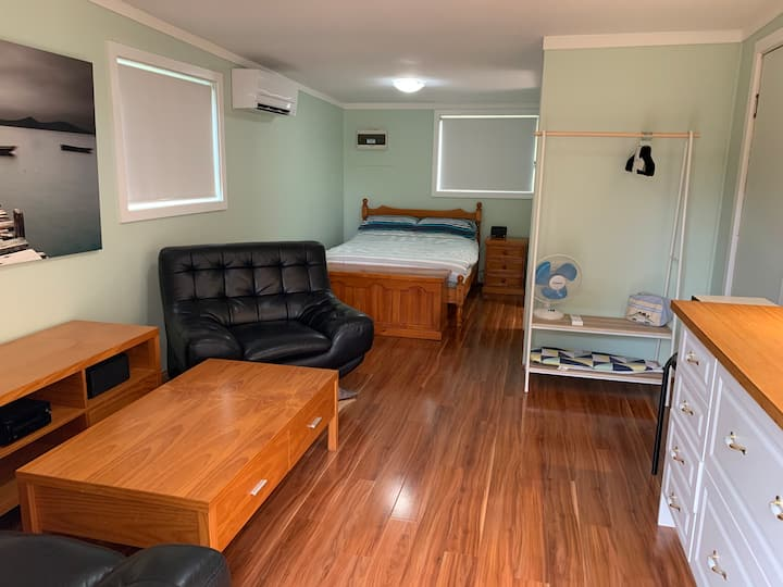 """""""Waratah"""" cabin in Loftus- see Sydney and relax"""