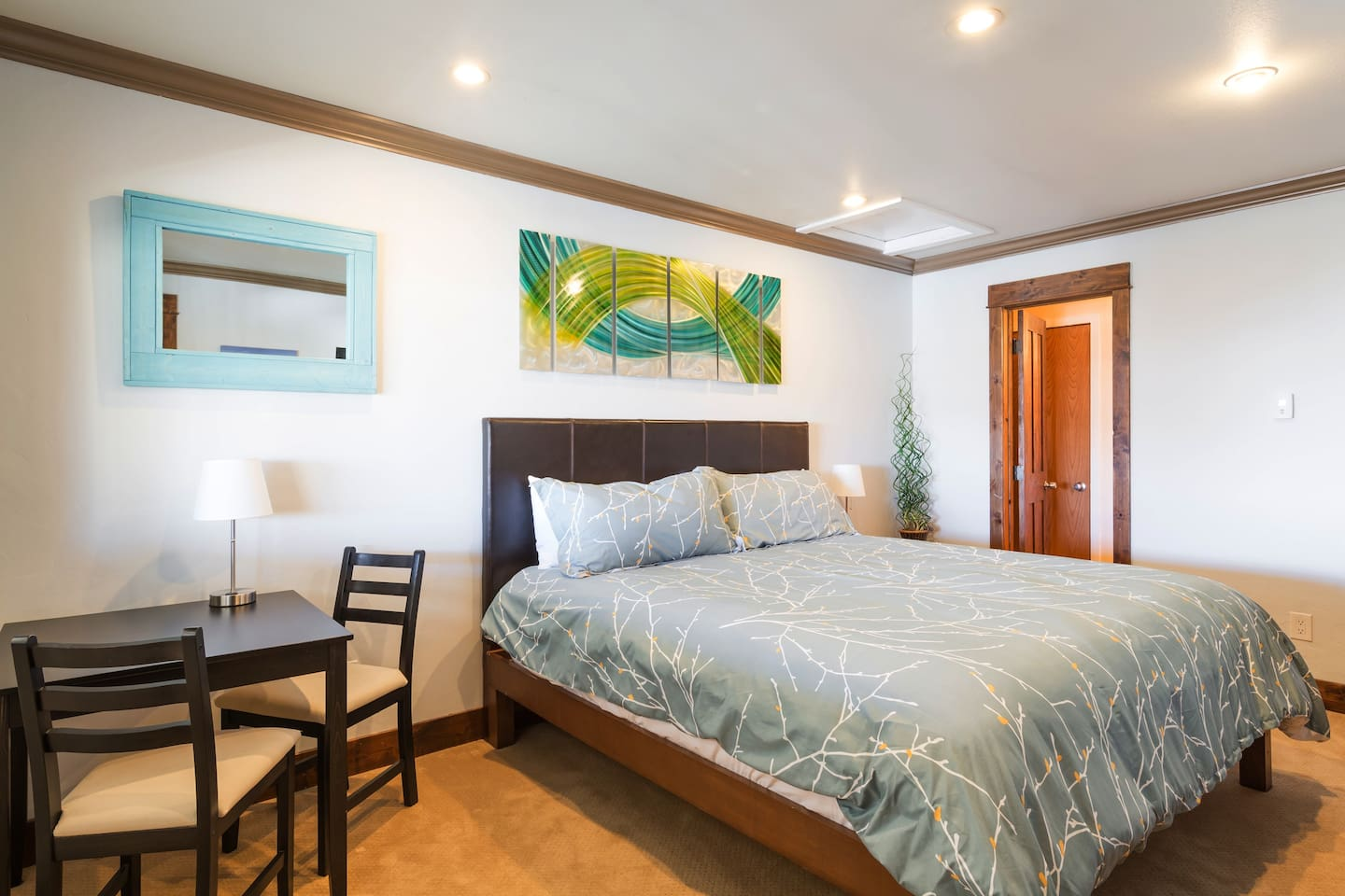 The room is open, bright, airy, and colorful, and has been recently updated. It has a very comfortable king-sized bed, a mini fridge, microwave, Keurig, and an electric tea kettle. I also have a bike that you can use for free to get around Frisco.