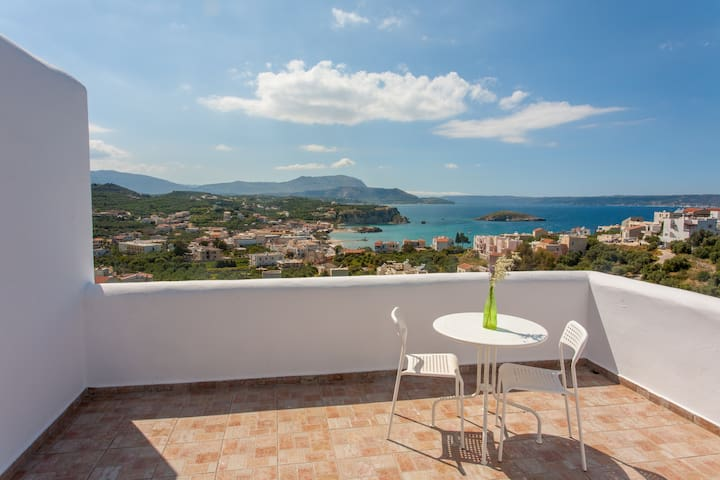7 Olives Apt, superb, double bed, amazing sea view