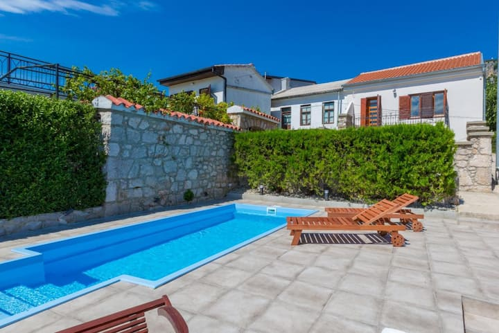 Mediterranean holiday house for 4-6 with pool