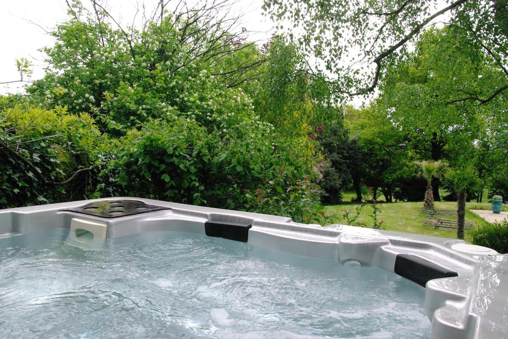 Superbe petit manoir spa piscine tennis sauna for Piscine 16eme