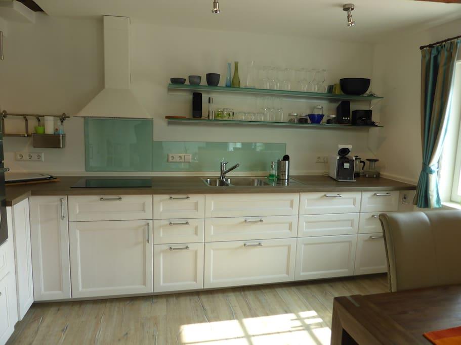 moderne Küche mit Induktionsherd und Luxusausstattung