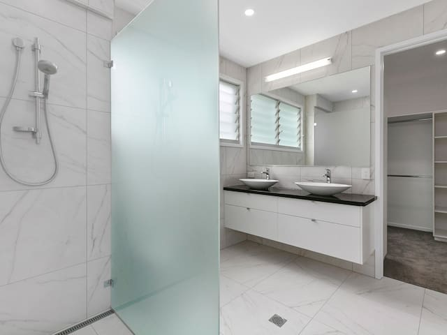 Master Ensuite and Walk in Robe